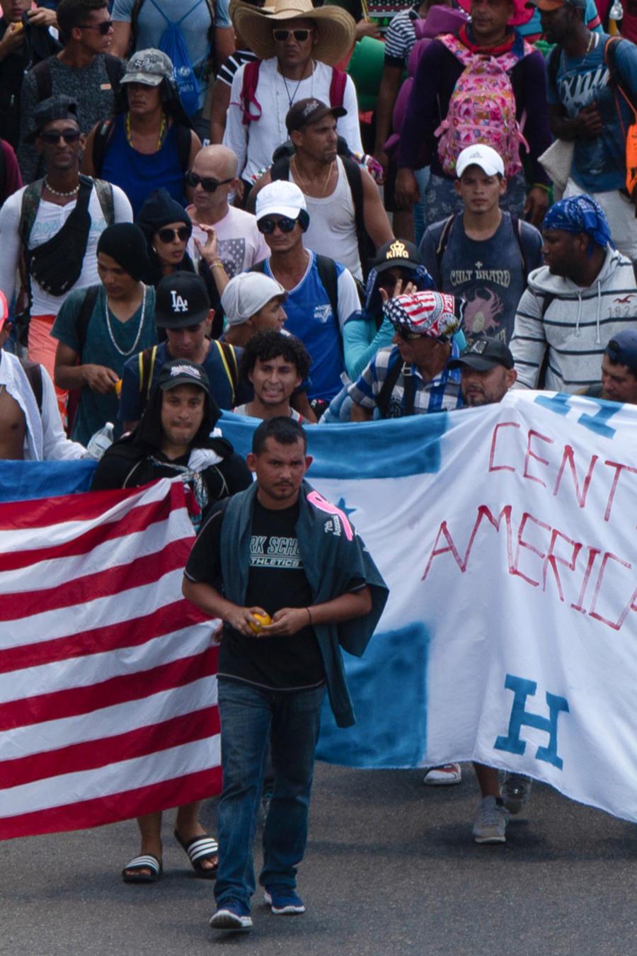 Caravana de centroamericanos caminan por Chiapas rumbo a la frontera con EEUU