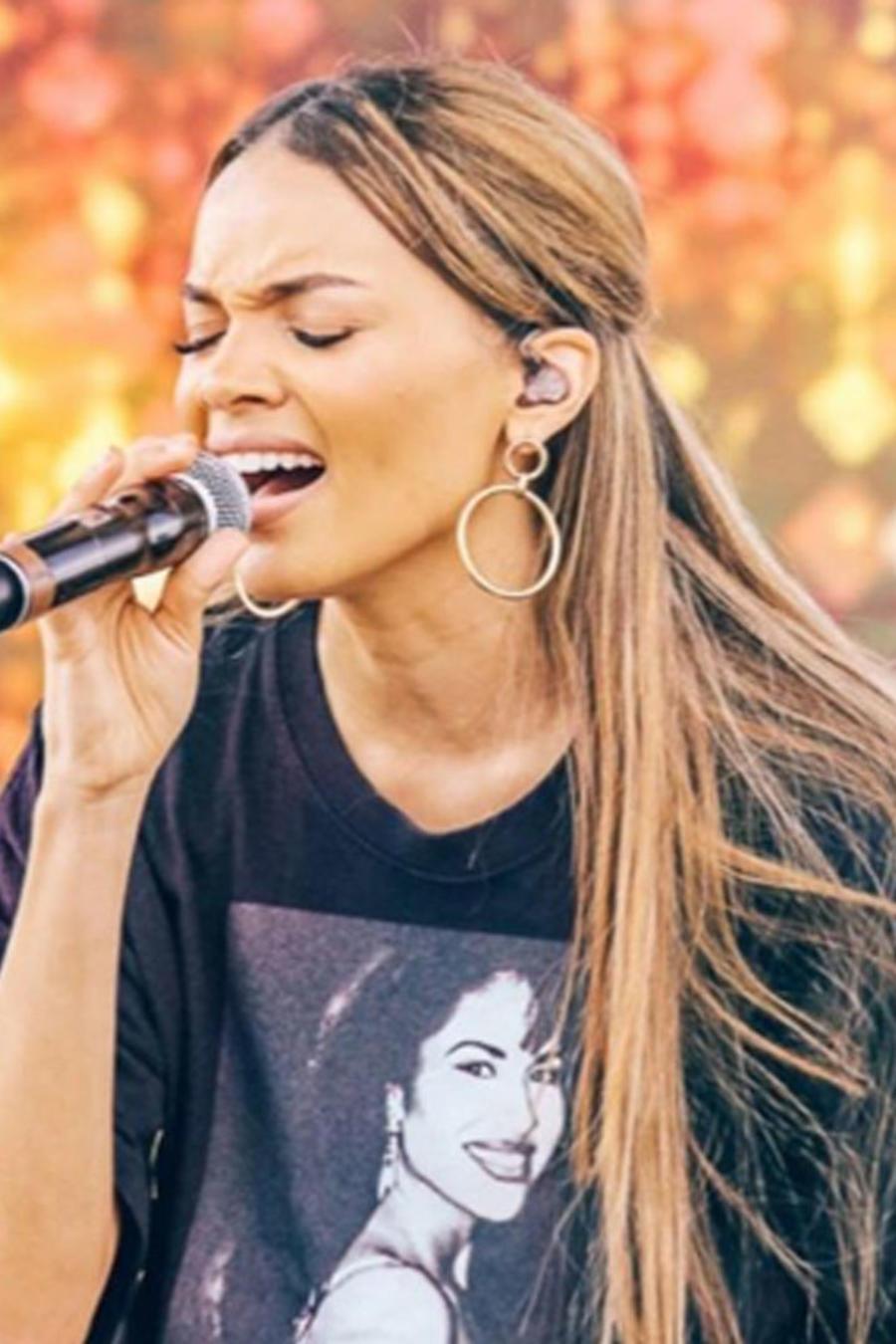 Leslie Grace encabezó el festival Fiesta de la Flor que celebra el legado de Selena Quintanilla.