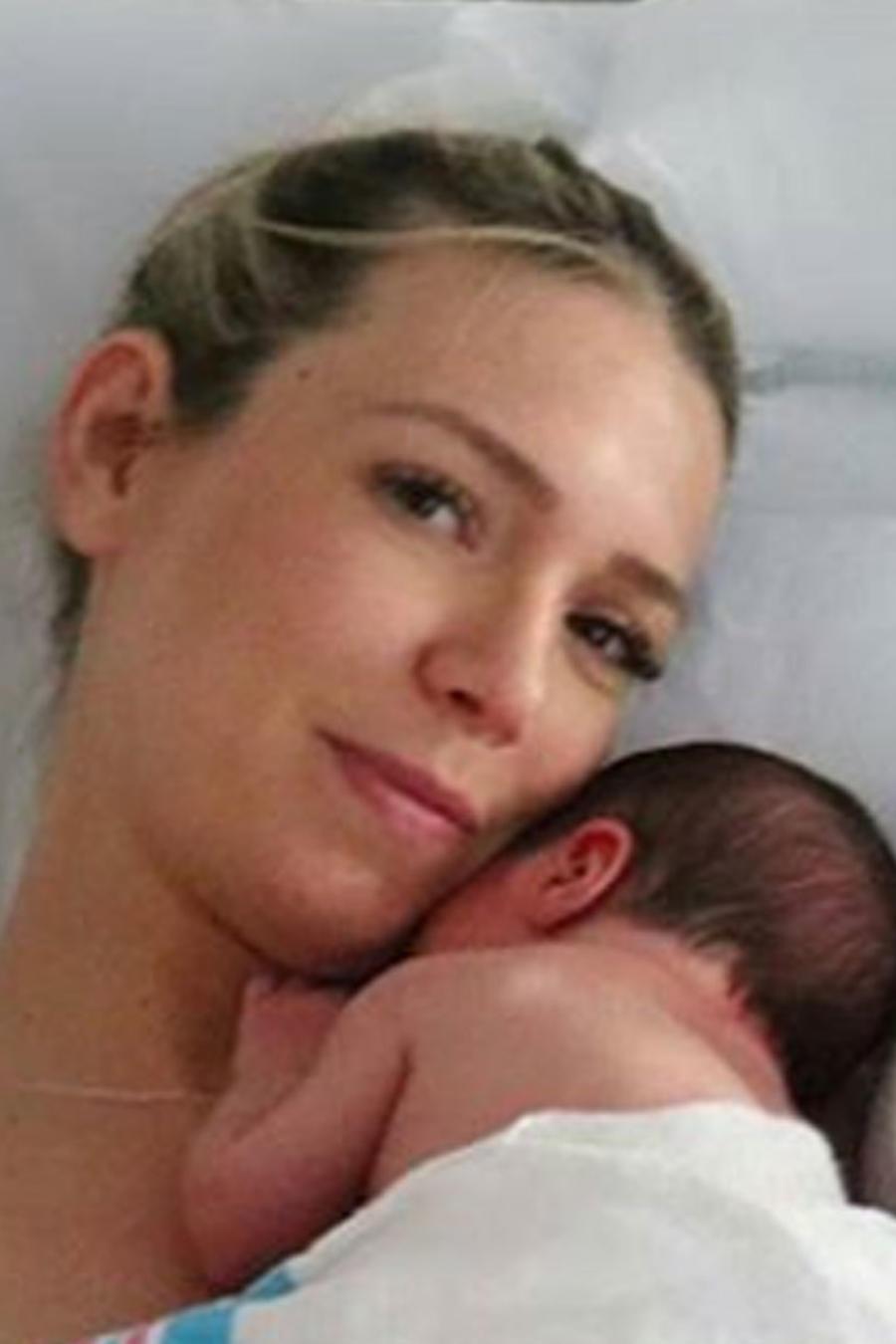 Alessandra Villegas y Daniel Sarcos con su bebé