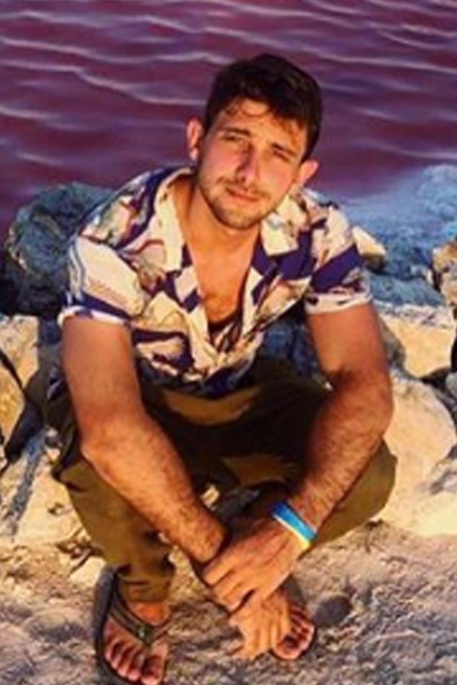 Emiliano Zurita posando en la playa