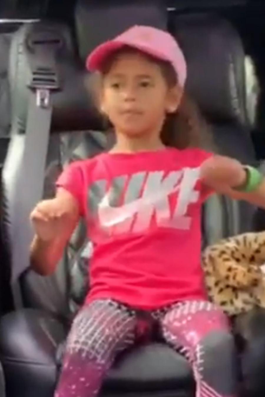 La hija de Ozuna se puso a bailar muy coqueta en un vehículo