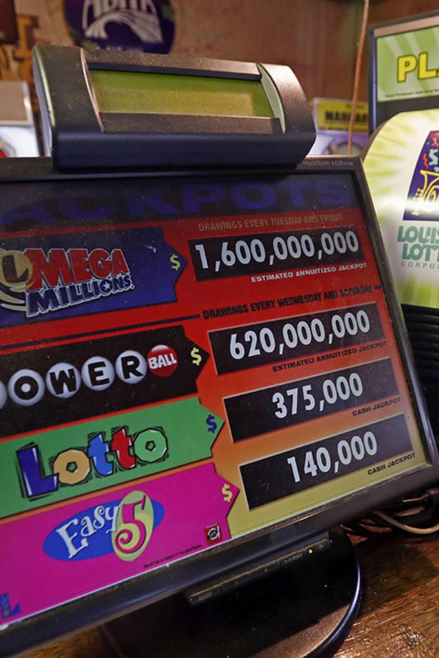 Un monitor muestra las opciones de juego de la lotería.