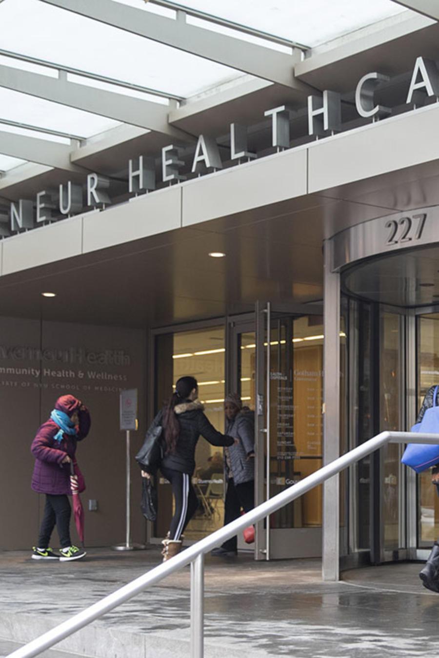Varias personas ingresan al edificio New York City Health Hospitals Gouverneur Health.