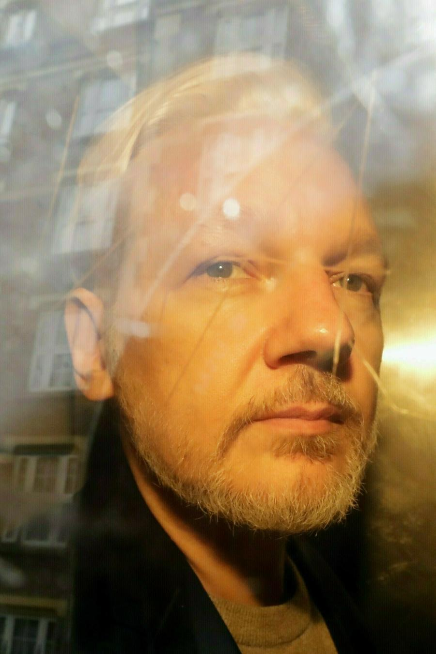 El fundador de WikiLeaks Julian Assange es trasladado a una corte londinense el pasado mayo.