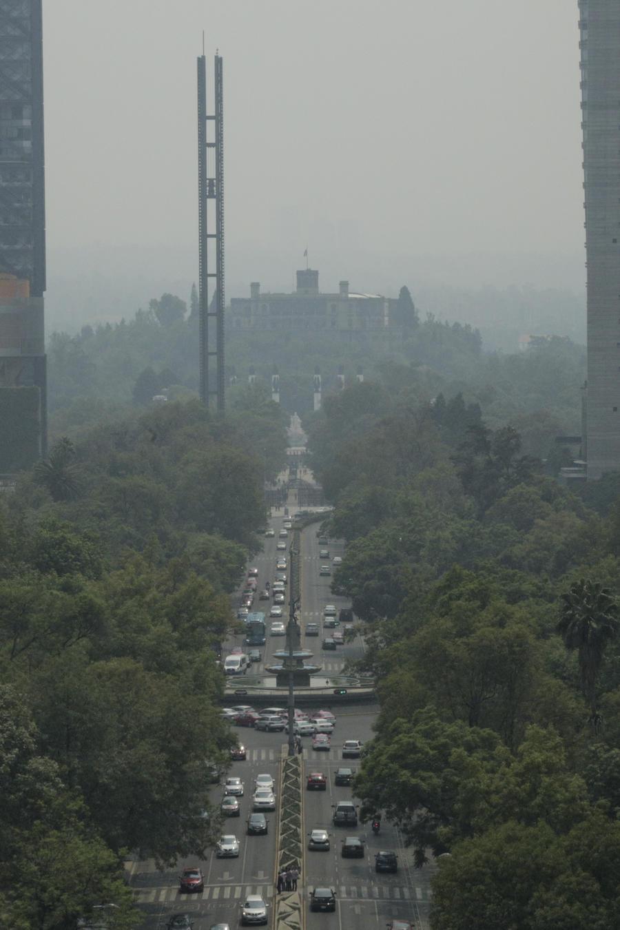 El humo y la contaminación se observan desde el representativo Paseo de la Reforma y el Castillo de Chapultepec en la Ciudad de México el martes 14 de mayo de 2019