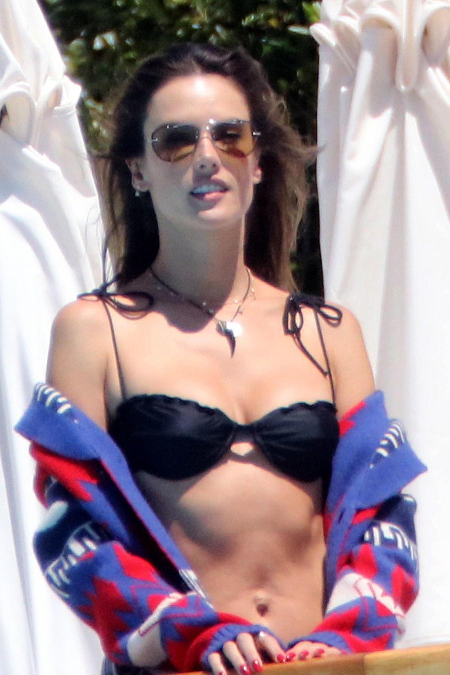 Alessandra Ambrosio en sexy bikini en Cannes
