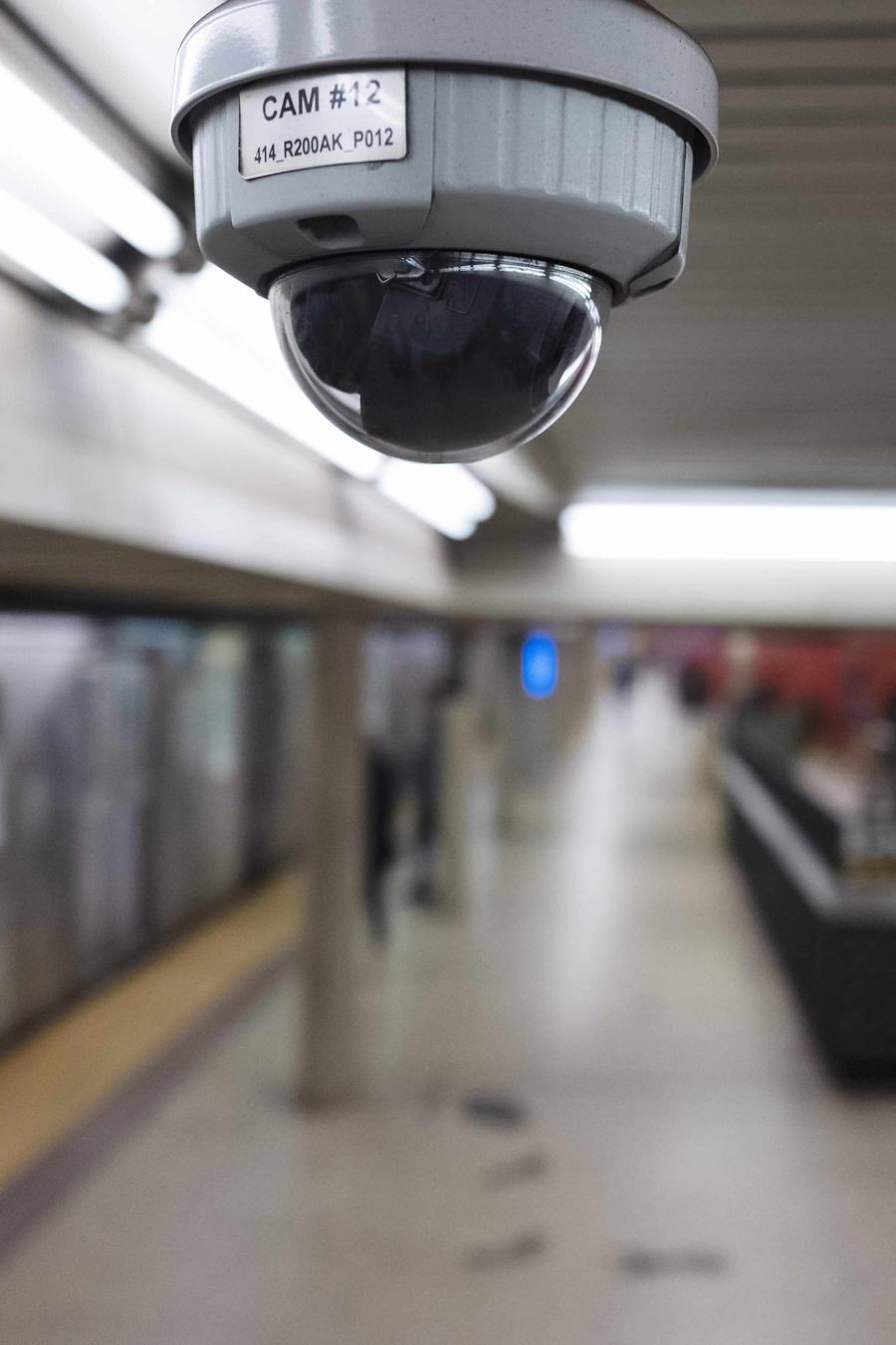 Fotografía de archivo de una cámara de videovigilancia instalada en una estación de metro de Nueva York