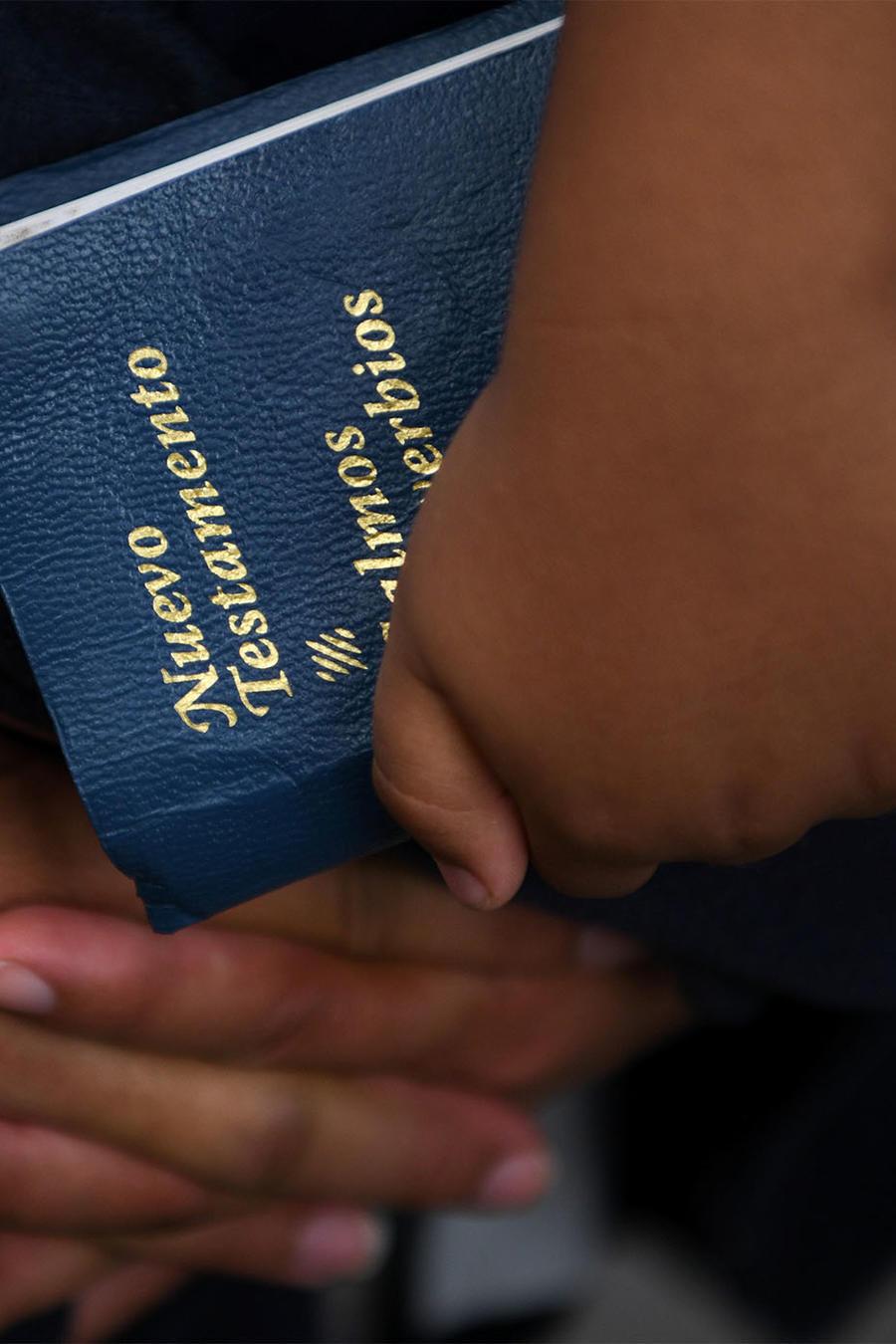 Inmigrante sostiene una Biblia