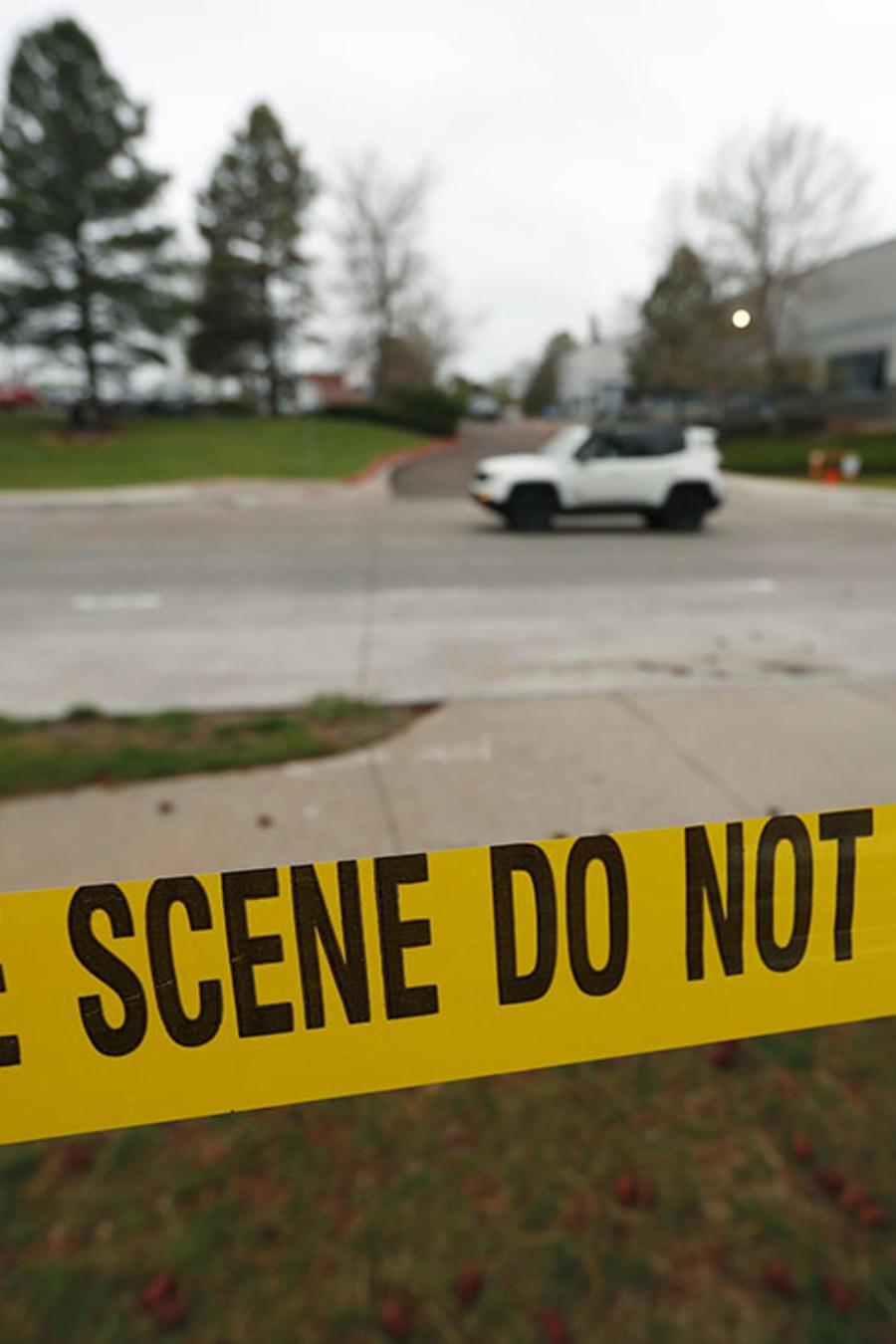 La escena de un tiroteo permanece rodeada de cinta policial.