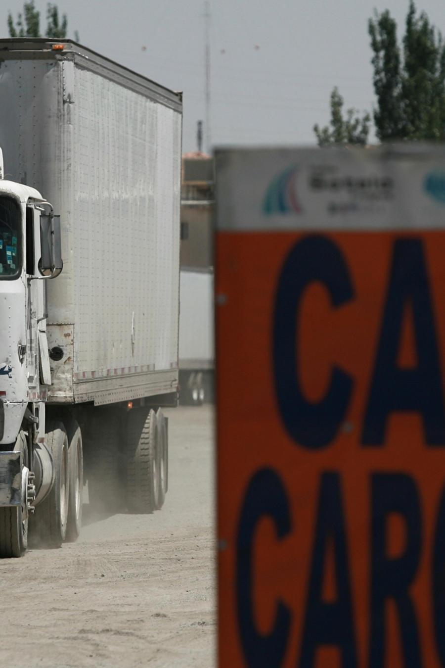 Camión cargado con productos mexicanos en una imagen de archivo