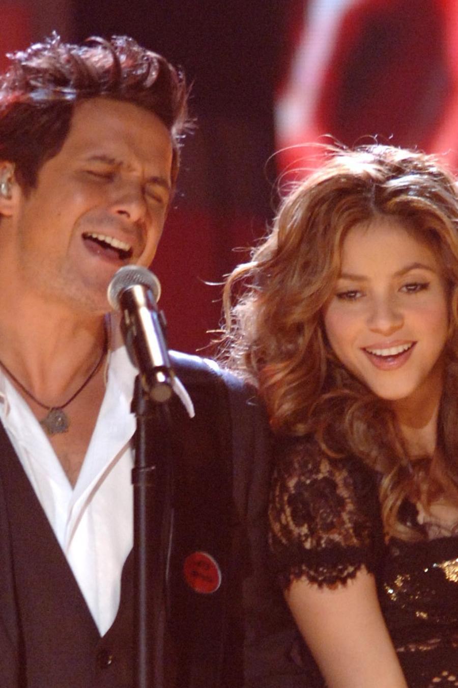 Alejandro Sanz and Shakira perform together
