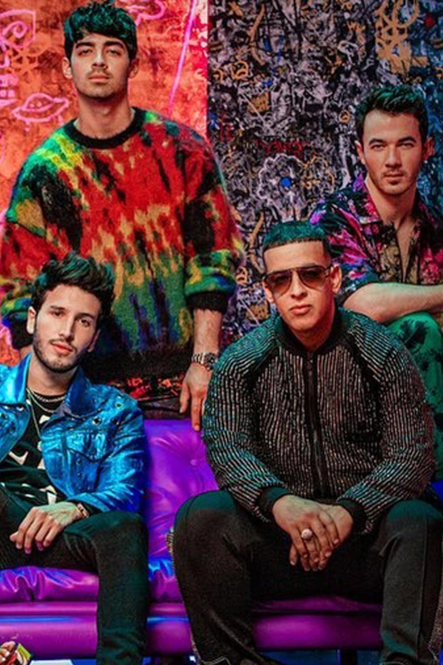 """Los Jonas Brothers, Daddy Yankee, Natti Natasha y Sebastián Yatra en una foto promocional de """"Runaway"""""""