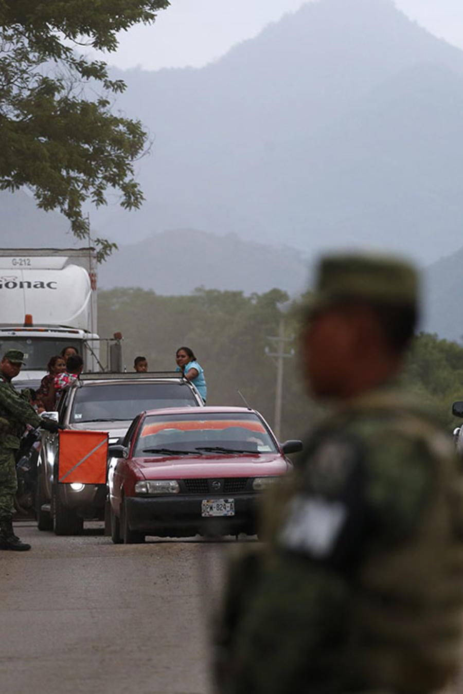 Soldados de la Guardia Nacional de México custodian una zona en busca de inmigrantes ilegales en Chiapas.