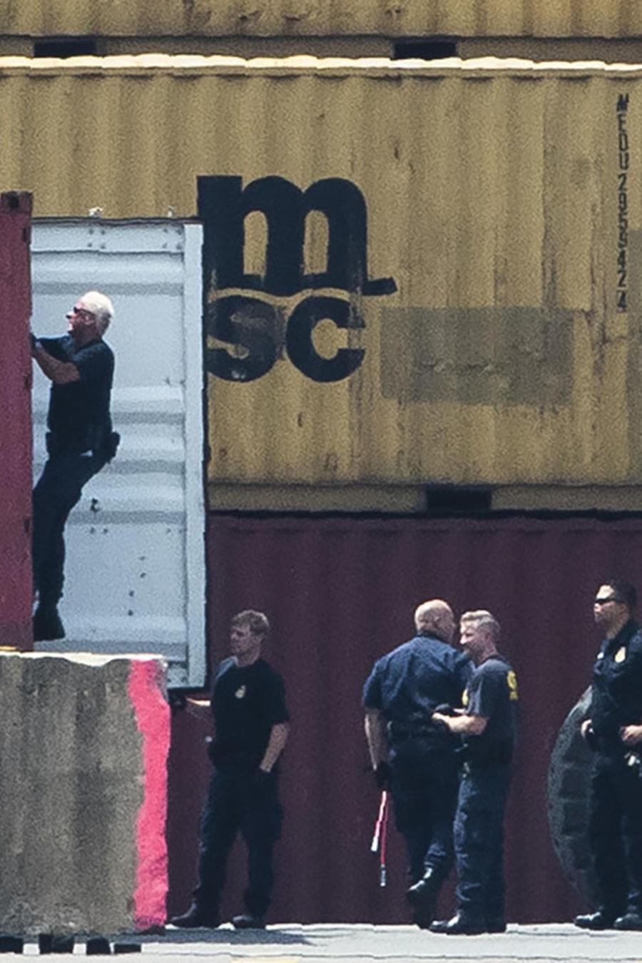 Autoridades revisan varios contenedores en el río Delaware, en Filadelfia.