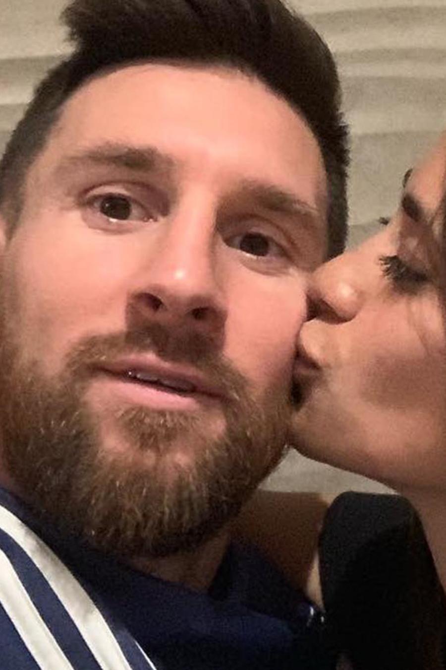 Antonela Roccuzzo besando a Lionel Messi