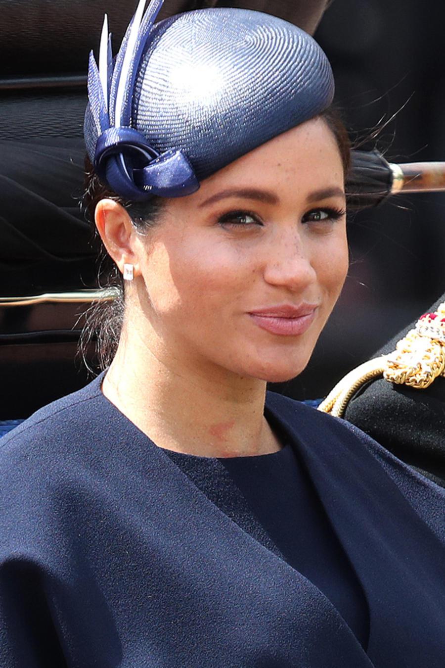 Meghan Markle sonriendo al lado del príncipe Harry en el desfile Tropping the Colour en junio de 2019
