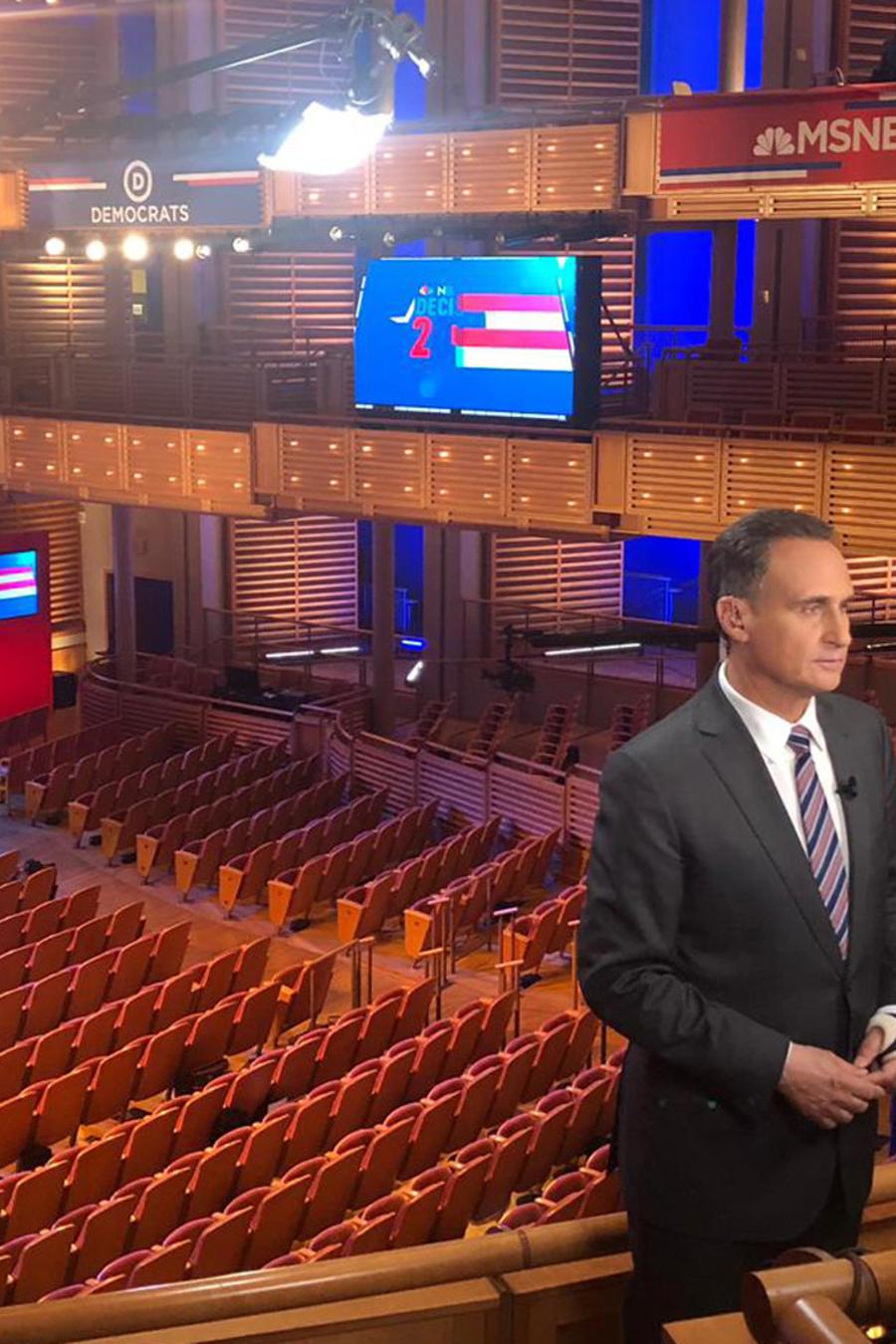 José Díaz-Balart en el escenario donde se llevará a cabo el primer debate demócrata