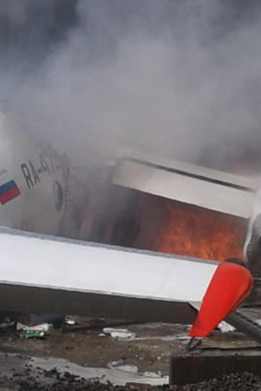 Avión ruso se estrella durante aterrizaje de emergencia en el aeropuerto Nizhniangarsk