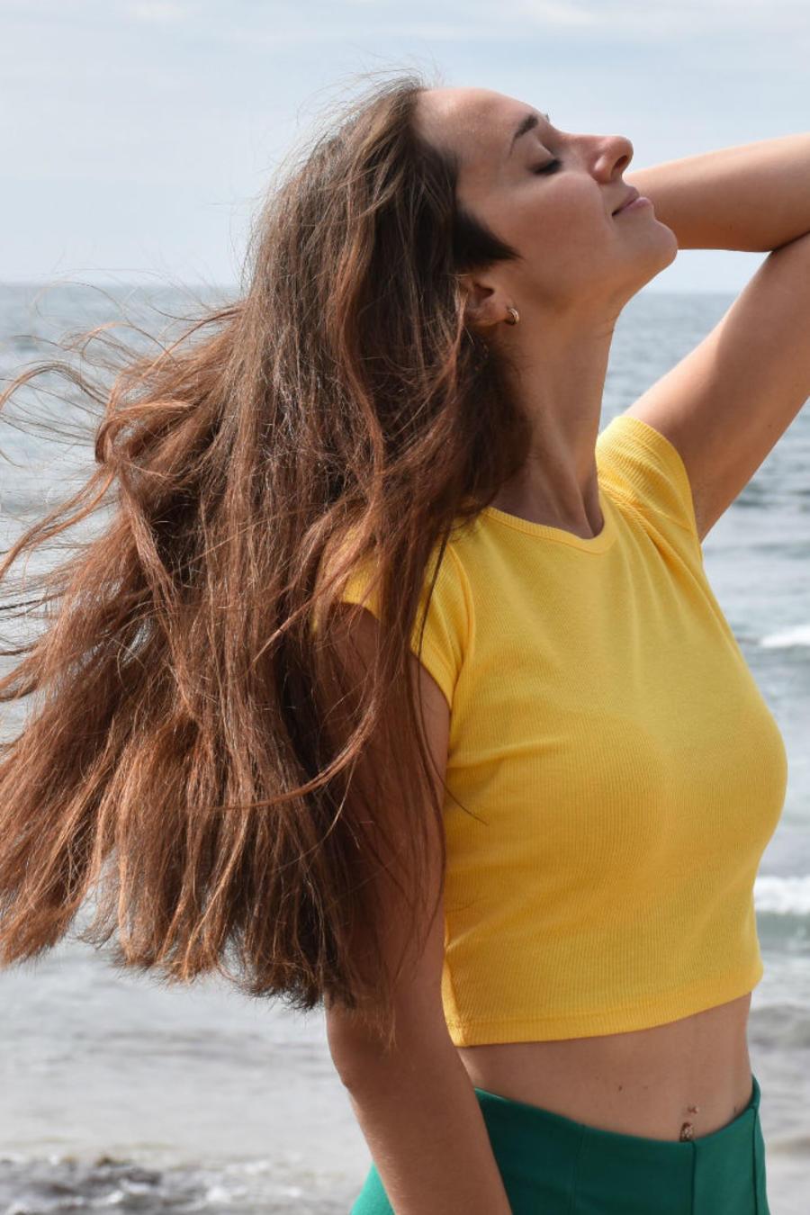 Mujer en a playa sonriendo