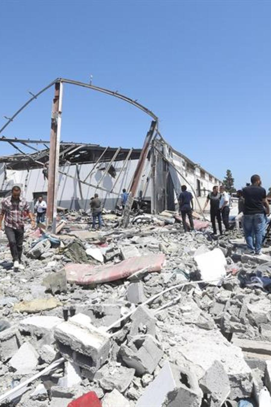 Escombros en el centro de detención para migrantes de Tajoura (LIbia) tras el bombardeo que lo golpeó.