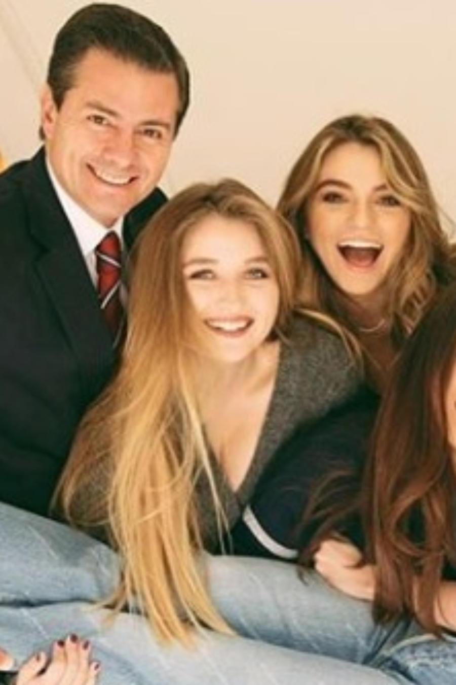 Enrique Peña Nieto y Angélica Rivera con sus hijos