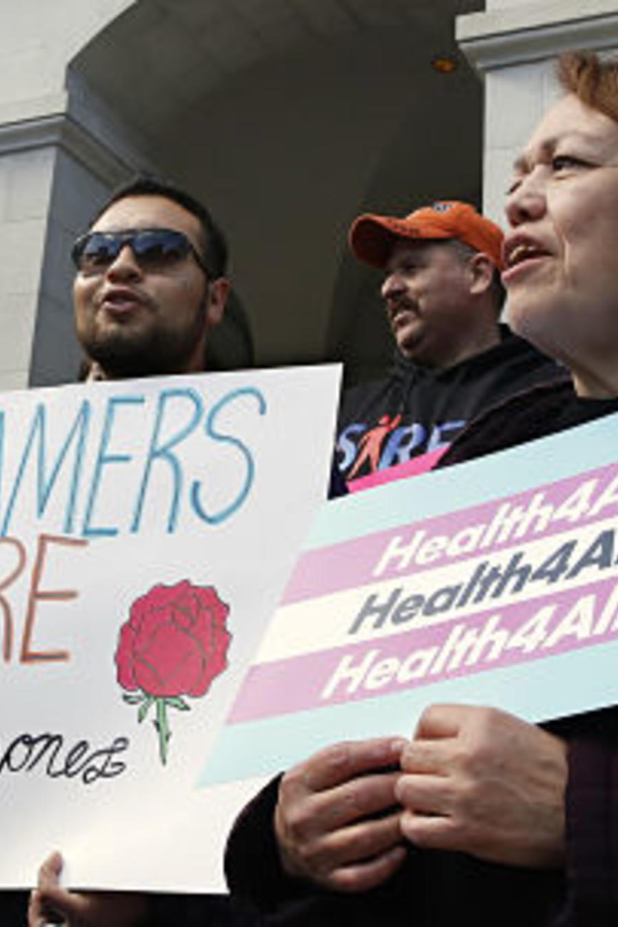 Activistas a favor de la extensión de los servicios sanitarios de Medicaid a los indocumentados que viven en California, en una foto de archivo.