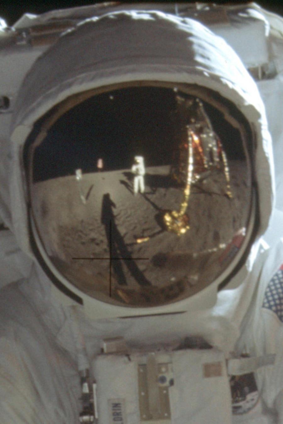El astronauta Neil Armstrong reflejado en el casco de Buzz Aldrin en la superficie lunar