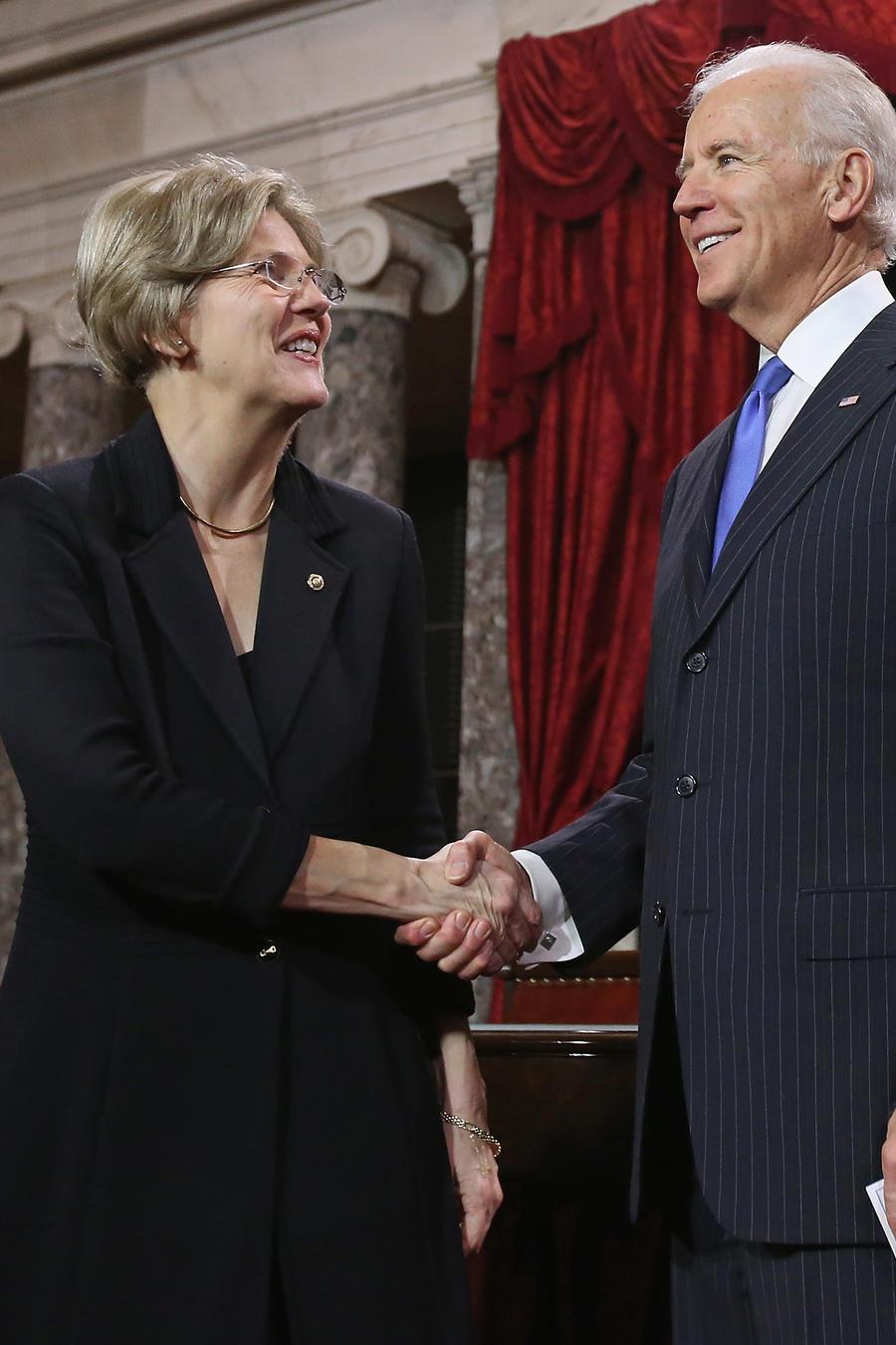 La senadora Elizabeth Warren junto al exvicepresidente Joe Biden en una foto de archivo.