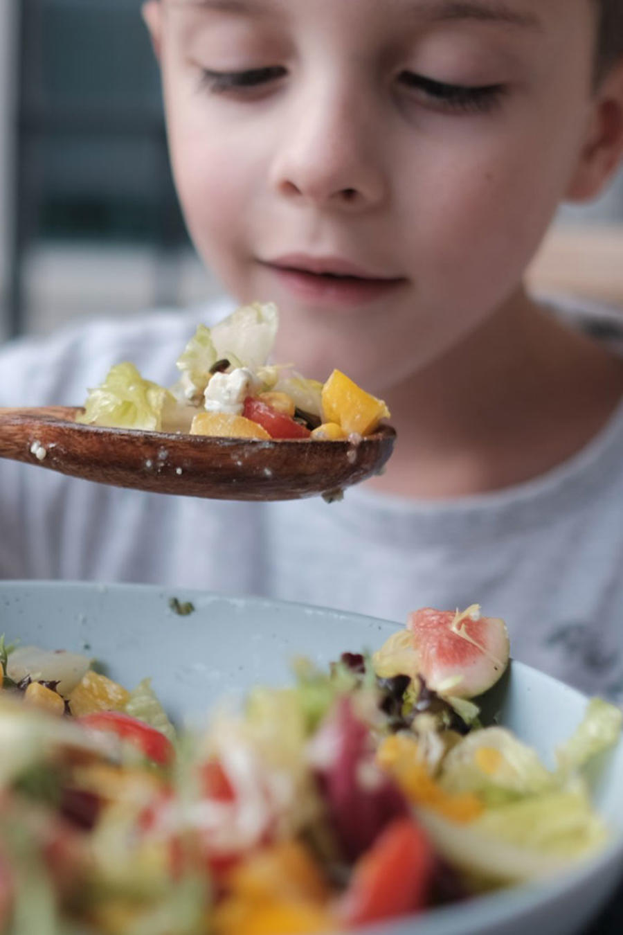 Niño comiendo ensalada