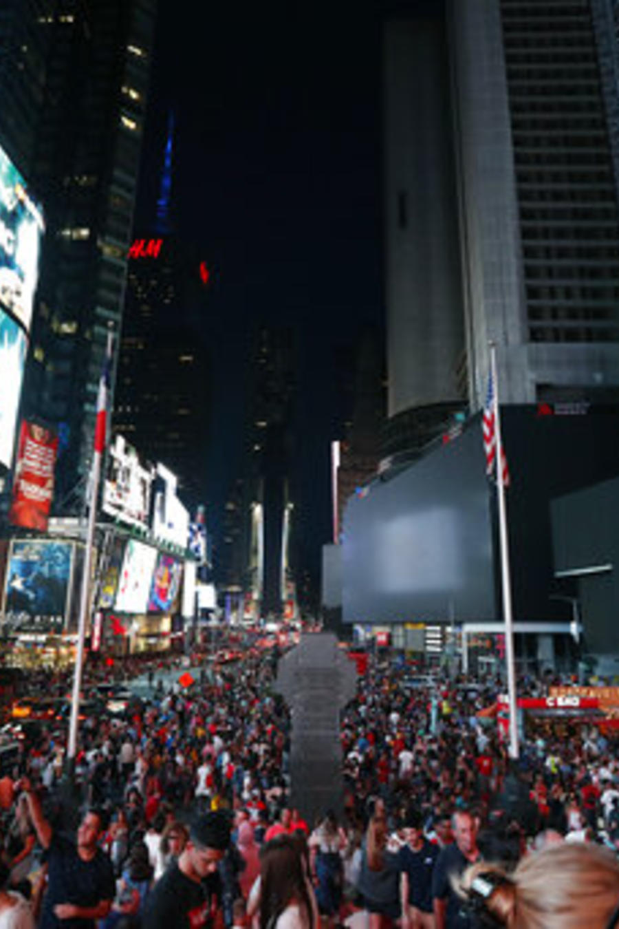 Times Square a oscuras, durante un apagón que afectó Manhattan, Nueva York, en la noche de este sábado.