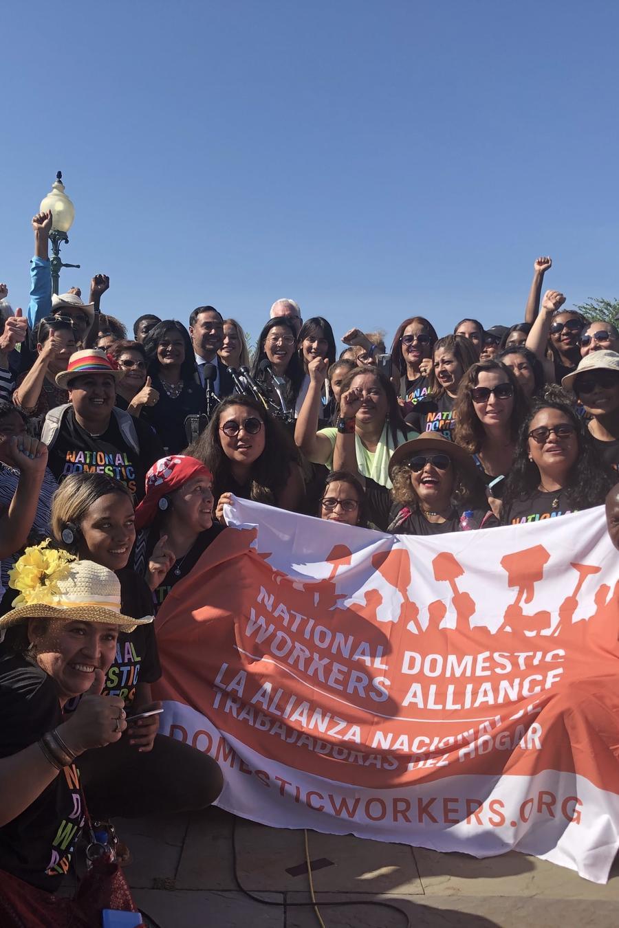 Líderes demócratas promueven ley para dar protecciones laborales a las trabajadoras domésticas en EEUU