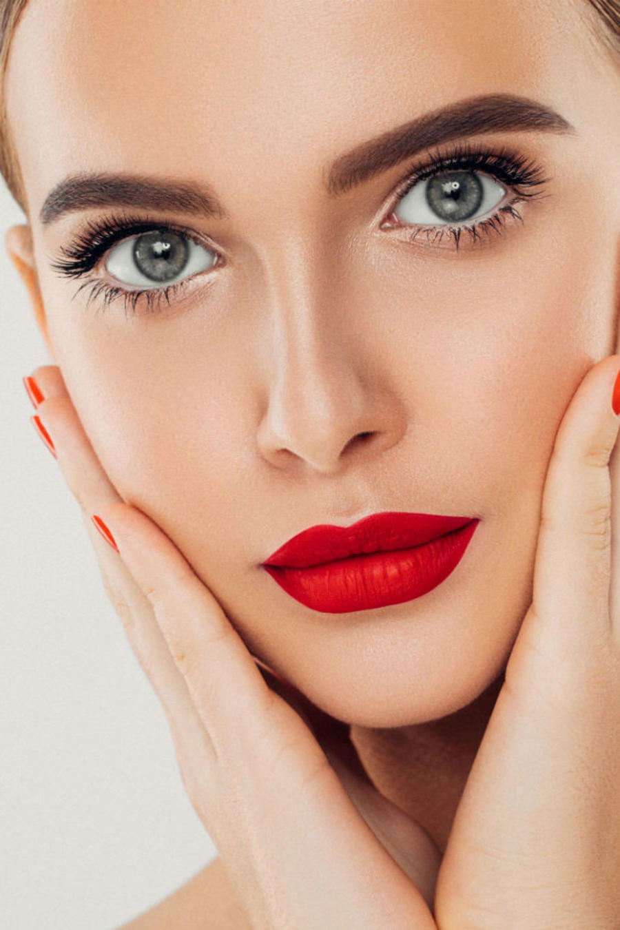 Mujer uñas y pestañas largas