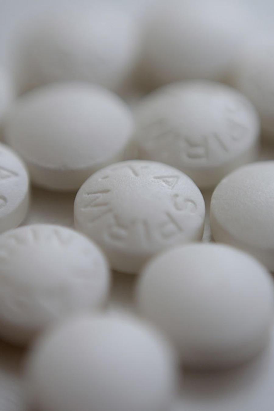 Varias píldoras de aspirina.