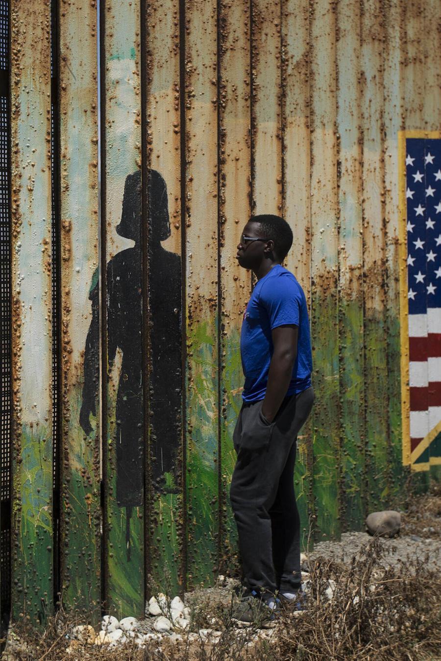 Imagen de un hombre en la valla fronteriza entre Estados Unidos y México el 21 de julio de 2019.