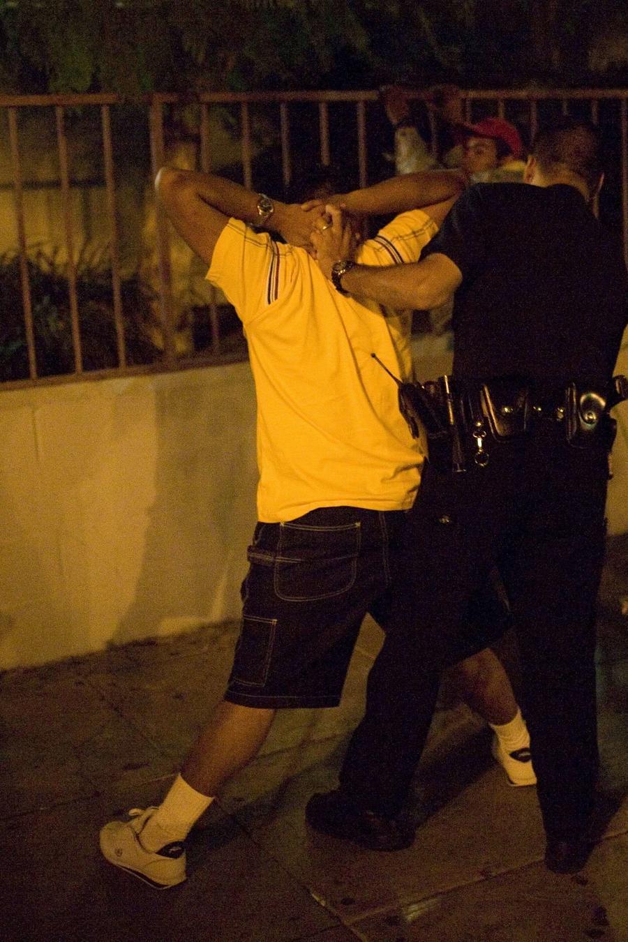 Fotografía de archivo de un oficial de la policía de Los Ángeles llevando a cabo un cateo a un posible miembro de la pandilla MS-13