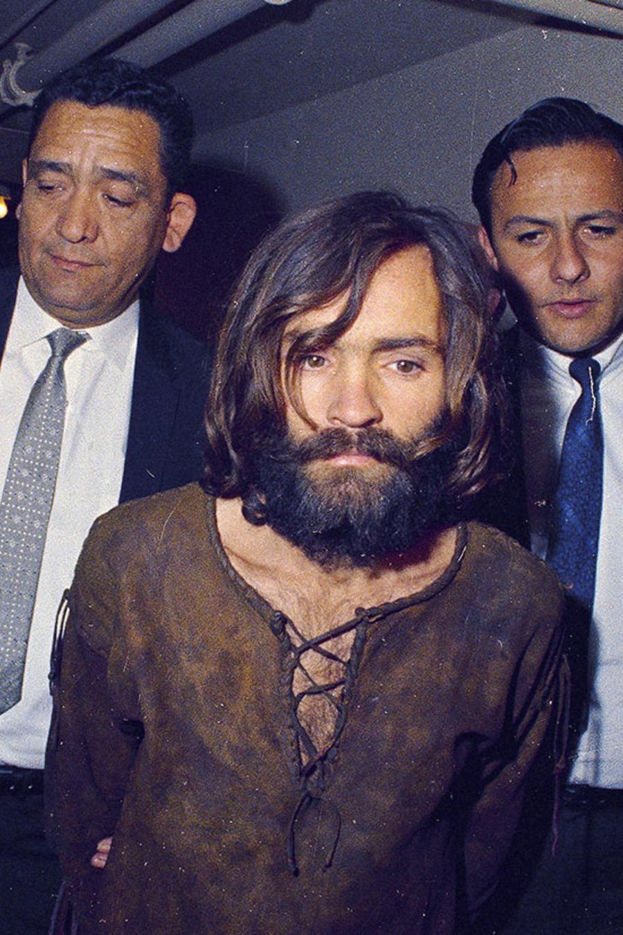 Charles Manson es escoltado tras ser acusado de cargos de conspiración y asesinato en relación con el asesinato de Sharon Tate, en 1969.