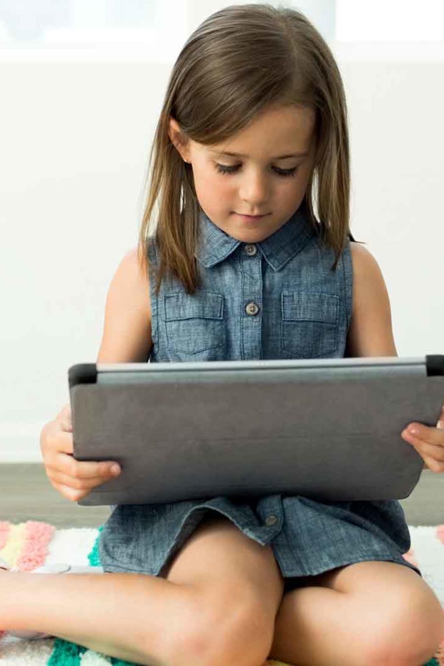 Niña en su iPad