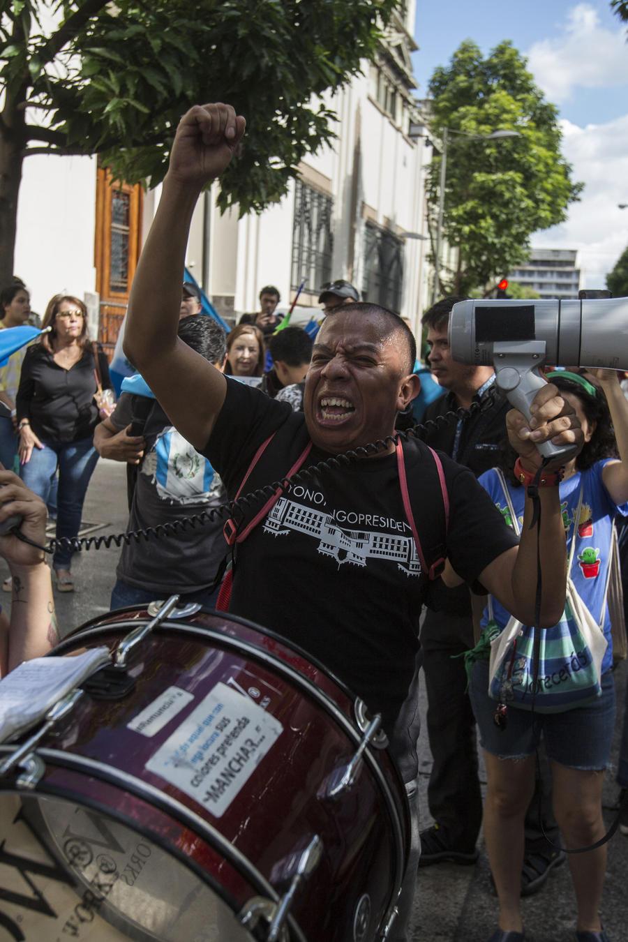 Manifestantes exigen la renuncia del presidente guatemalteco Jimmy Morales en el exterior del palacio presidencial en Ciudad de Guatemala, el sábado 27 de julio de 2019.
