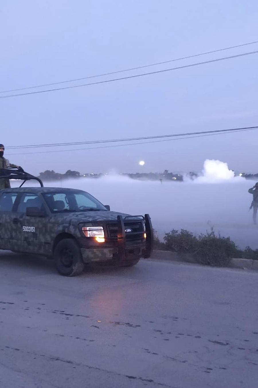 Militares vigilan una zona en medio de nubes de gas que escapa de una tubería al parecer debido a una toma clandestina en Nextlalpan, estado de México.