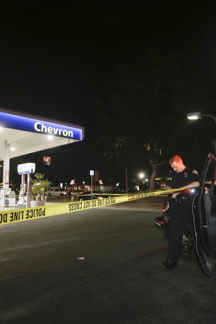 Un policía en el lugar donde se produjo una de las múltiples agresiones de este míercoles en Garden Grove, California.