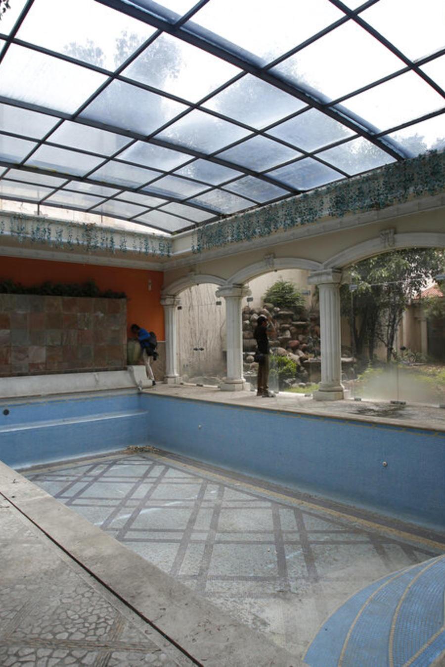 Esta fotografía muestra la alberca de la mansión del empresario chino-mexicano Zhenli Ye Gon durante un recorrido para la prensa en la Ciudad de México, el martes 30 de julio de 2019.