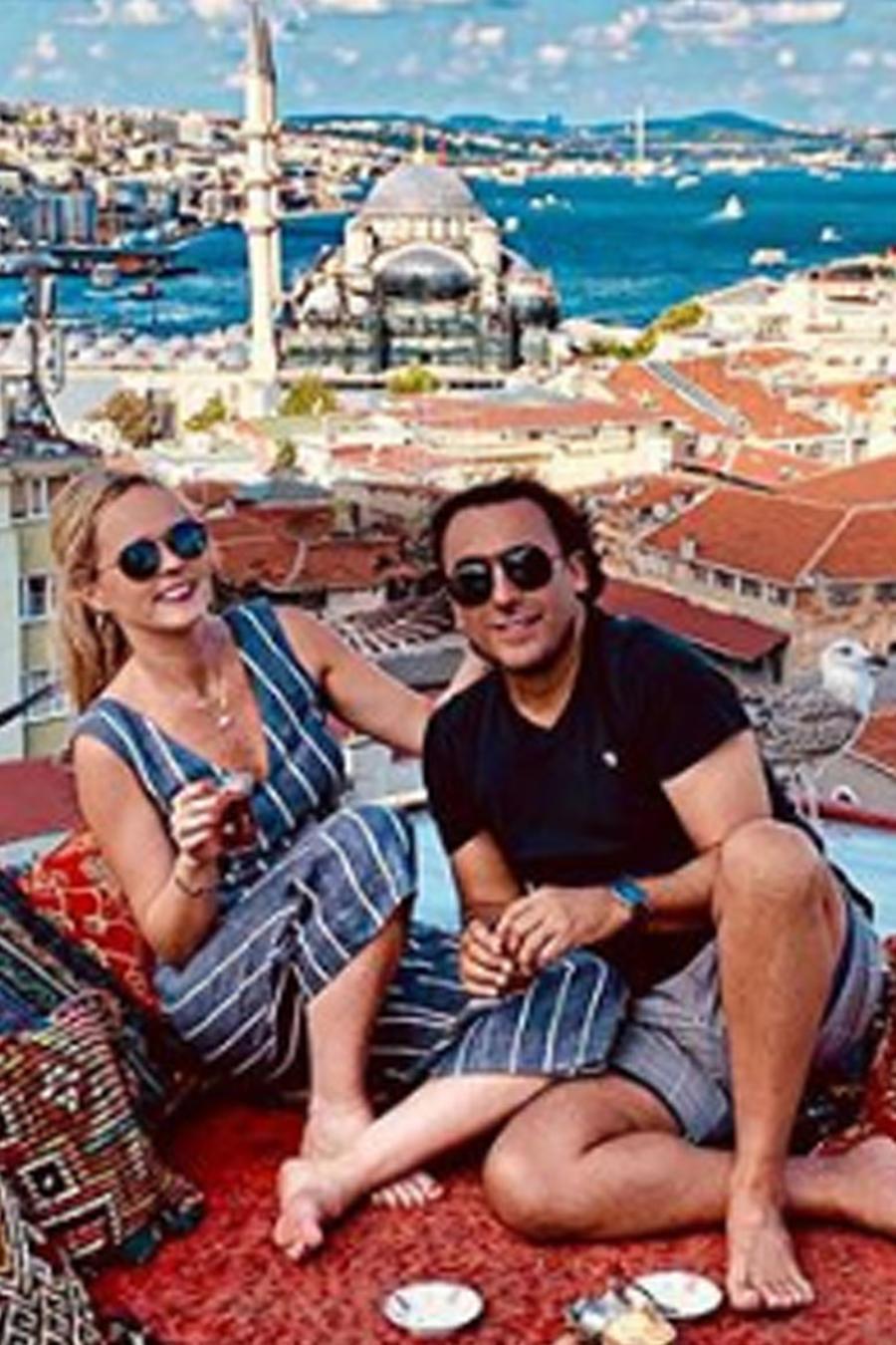 Adal Ramones con su esposa en Turquía