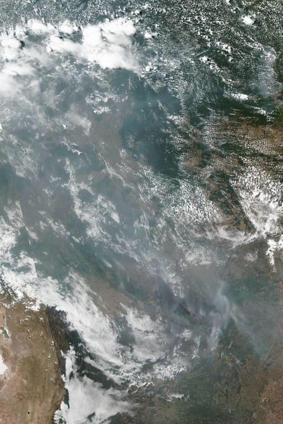 Imagen de la NASA muestra el humo de los incendios en el Amazonas visto desde el espacio