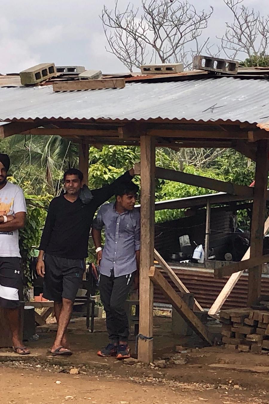 Migrantes de Asia, Africa y Medio Oriente pasan por el albergue La Peñita, aunque su intención es continuar su rumbo hacia EEUU