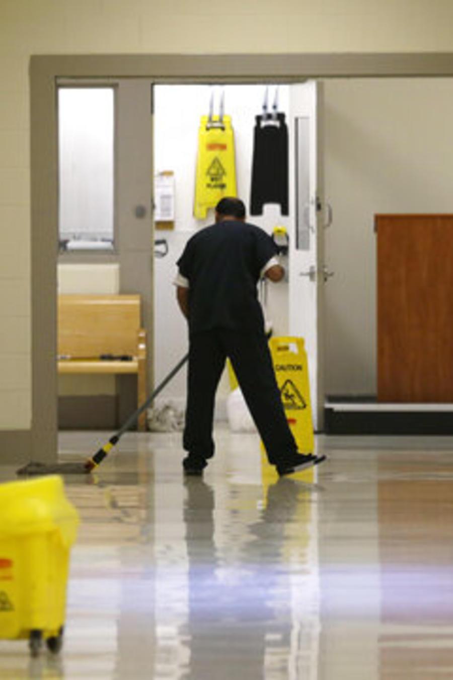 Un inmigrante detenido en el Centro de Detención del Noroeste de Tacoma, Washington, realiza tareas de limpieza en una foto de archivo de 2017.
