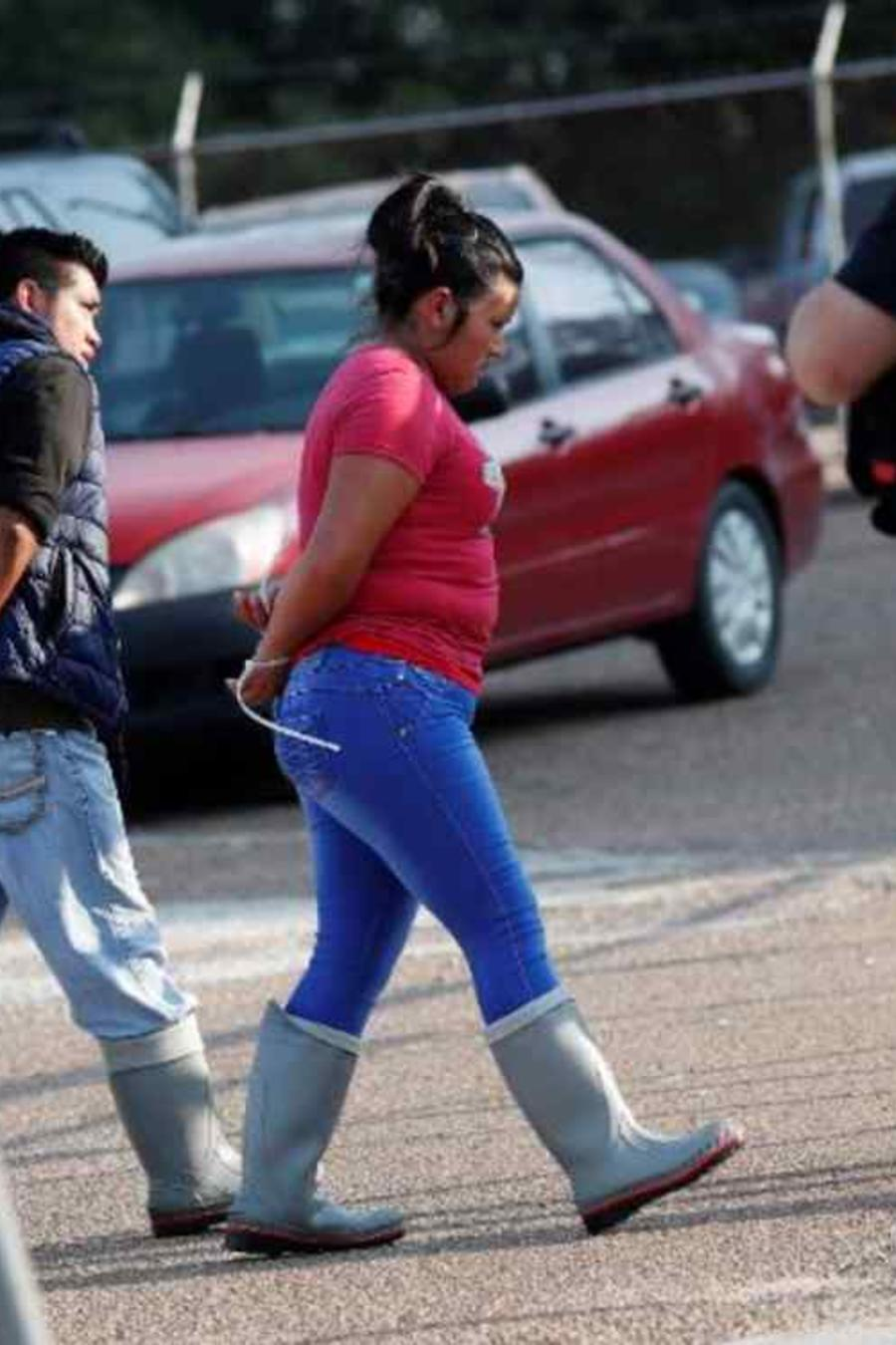 Dos personas detenidas durante las redadas de ICE el pasado 7 de agosto en Morton, Misisipi.