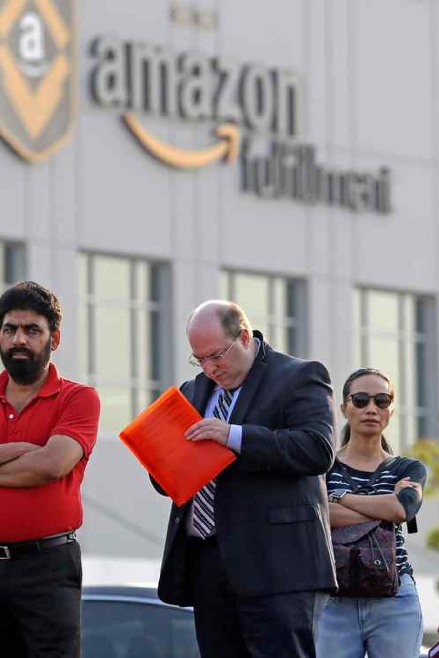 Personas ante el logotipo de Amazon en una imagen de archivo
