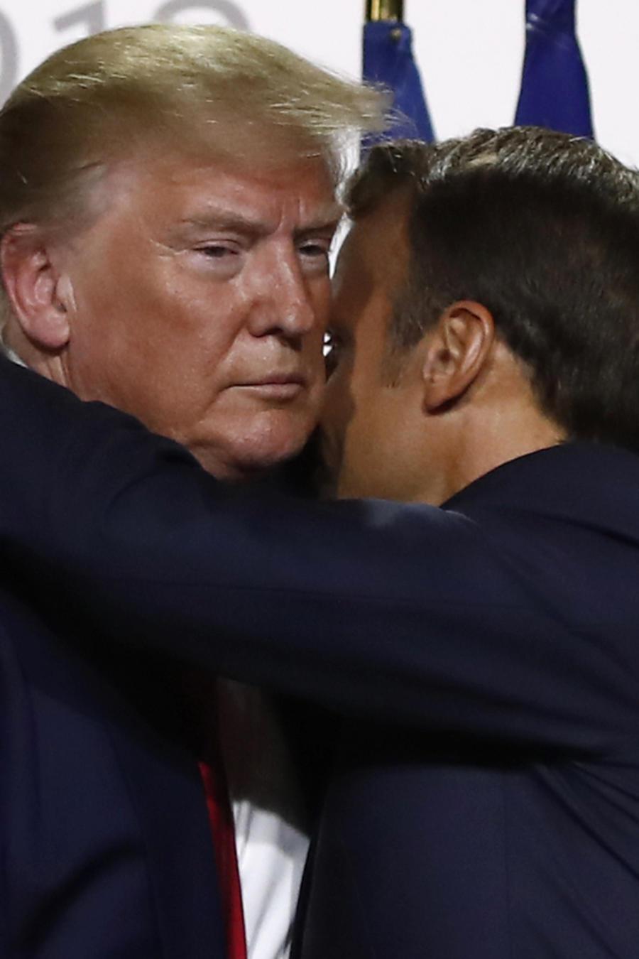 A la izquierda, Trump se abraza con Macron. A la derecha, la primera dama, durante el viaje presidencial a Francia.