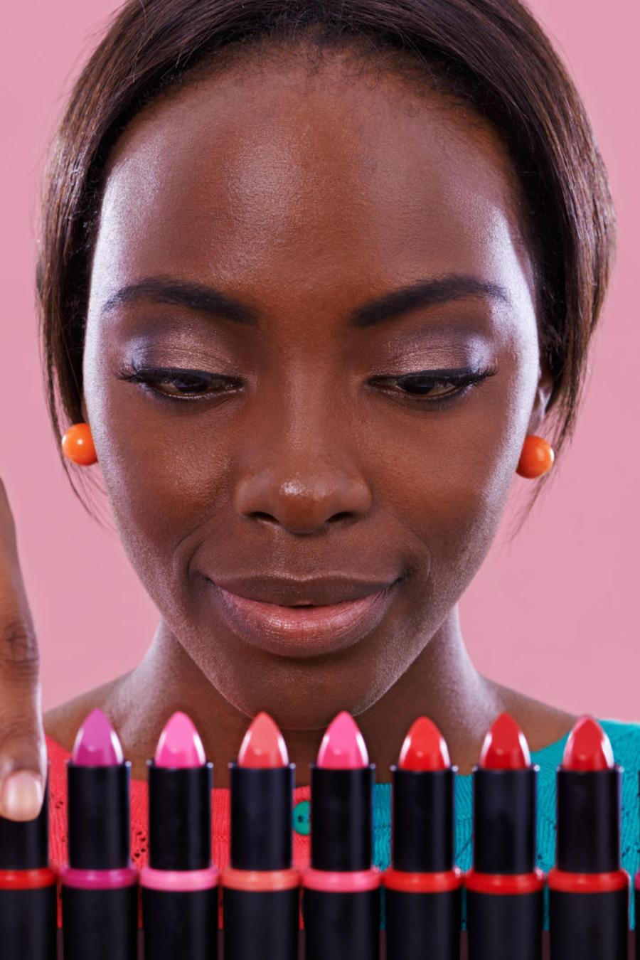 Mujer usando maquillaje