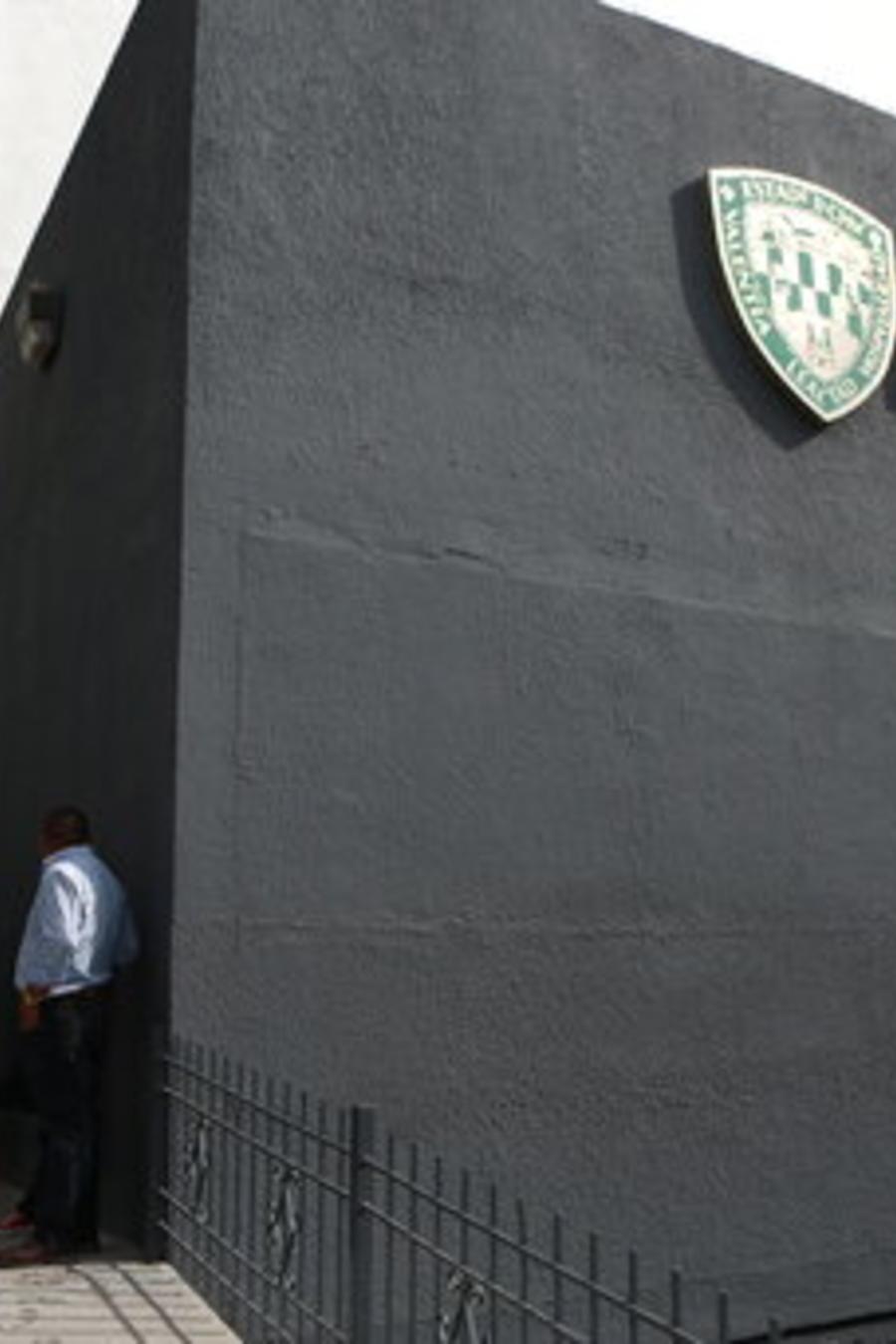 Migrantes cubanos solicitantes de asilo en EEUU se enfrentan a ser registrados por las autoridades de migración de México en Ciudad Juárez (imagen de archivo).